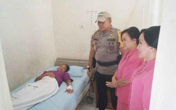 Kapolda Kalteng Brigadir Jenderal Anang Revandoko bersama jajaran Bhayangkari mengecek pasien yang akan menjalani operasi bibir sumbing di Rumah Sakit Bhayangkara, Palangka Raya, Minggu (18/6/2017).