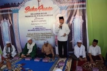 Bupati Kapuas Ben Brahim S Bahat menyampaikan sambutan pada acara buka puasa bersama pedagang Pasar Blok R, Kota Kuala Kapuas, Sabtu (17/6/2017).\\r\\n