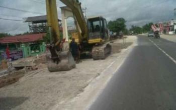 Jalan Trans Kalimantan wilayah Kabupaten Katingan ini berbahaya bagi para pemudik atau pengguna jalan sebab ada proyek pelebaran jalan.