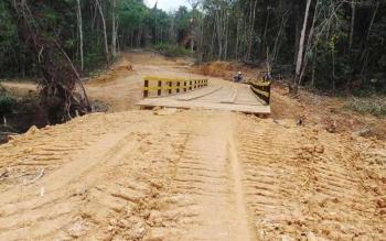 Pembuatan badan jalan oleh Desa Karamuan