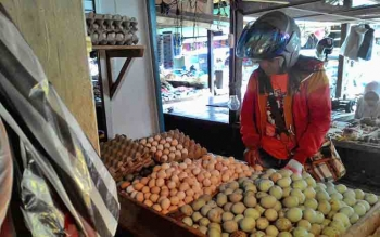 Seorang pembeli saat memilih telur di Pasar Besar, Kota Palangka Raya