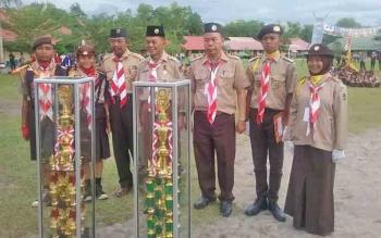 Kepala Sekolah dan pengampu Pramuka lainnya di SMAN 5 Palangka Raya menunjukkan prestasi dan berhasil meraih piala kemenangan. Siswa berprestasi seperti inilah yang diharapkan sebagai generasi penerus.