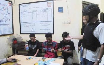 Kabag Ops Polres Mura saat menujukan para anak muda yang menggelar pesta minuman keras di lokasi wisata atau tempat umum, beberapa waktu lalu.