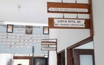 Papan nama seorang Kasi Pembangunan di Kelurahan Panarung, Kecamatan Pahandut, Palangka Raya. Pejabat ini disebut-sebut kerap mangkir kerja namun dibiarkan tanpa sanksi