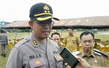 Kapolres Katingan AKBP Ivan Adhityas Nugraha didampingi Plt Bupati Katingan Sakariyas memberikan keterangan seusai memimpin apel operasi Ramadniya, Senin (19/6/2017).