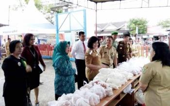 Kadis Diperindgkop UKM dan Wakil Bupati BaritoSelatan melihat pasar penyeimbang di kantor Bulog Buntok, Senin (19/6/2017)