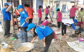 Kontingen FBMM dari kecamatan saat mengikuti lomba mangenta di halaman Sanggar Budaya Manggatang Tarung Kuala Kurun, Senin (19/6/2017)