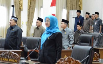 Anggota Komisi III DPRD Barito Utara, Nurul Ainy saat menikuti sidang paripurna