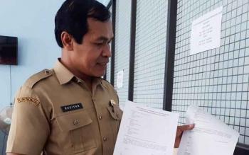 Kepala Bidang Pelayanan dan Pencatatan Sipil Disdukcapil, Kasiyan memperlihatkan format surat keterangan dari pemohon untuk pengajuan akta kelahiran anak.