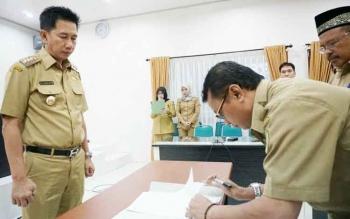 Penandatangan nota serah terima jabatan kepala BPKA Kabupaten Barito Utara dari dari Nuryakin kepada Jufriansyah disaksikan Bupati Nadalsyah di Aula Setda, Senin (19/6/2017).