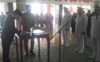 Bupati Kapuas Ben Brahim S Bahat menandatangani SK pengangkatan 67 Esolan III dan IV Pemkab Kapuas di Aula Kantor Pemkab Kapuas, Senin (19/6/2017).
