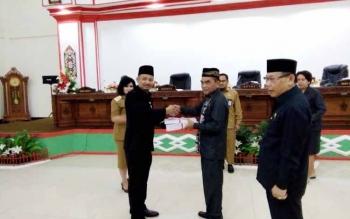 Bupati Barito Selatan Eddy Raya Samsuri menyerahkan raperda LKPJ tahun anggaran 2017 ke Ketua DPRD Tamarzam.