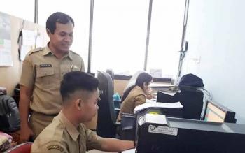 Kepala Bidang Pelayanan dan Pencatatan Sipil Disdukcapil Kotim, Kasiyan, saat memantau petugas yang bekerja.
