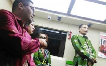 Bupati Gunung Mas Arton S Dohong bersama Wakil Bupati Rony Karlos melihat fasilitas mobil kas keliling milik PT Bank Kalteng Cabang Kuala Kurun, beberapa waktu lalu.