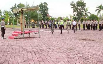 Bupati Sukamara Ahmad Dirman saat memimpin Apel Gelar Pasukan Operasi Ramadniya Telabang yang digelar di halaman kantor Setda, Senin (19/6/2017).