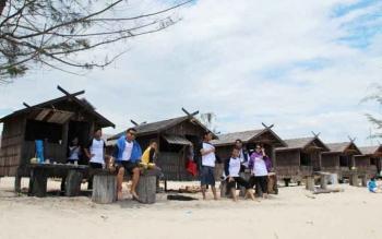 Sejumlah warga sedang berteduh di beberapa vila yang ada di Pantai Ujung Pandaran.