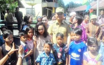 Bupati Kapuas Ir Ben Brahim S Bahat Foto bersama warga masyarakat Desa Sei Ahas Kecamatan Mantangai.