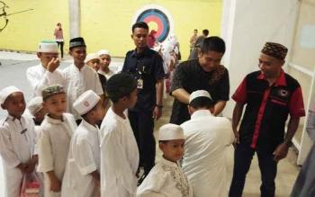 GM Citimall Yus Arie Andrianto membagikan bingkisan kepada puluhan anak di bawah naungan Yayasan Zakat Nurul Fikri.