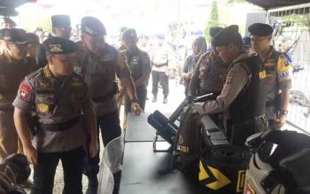 Gubernur Kalteng Sugianto Sabran didampingi Kapolda Brigadir Jenderal Anang Revandoko mengecek persenjataan anggota Polri saat Apel Gelar Pasukan Operasi Ramadniya Telabang 2017 di Tugu Soekarno, Kota Palangka Raya, Senin (19/6/2017) sore.