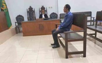 Riadi Junniardi terdakwa kasus korupsi saat jalani sidang.