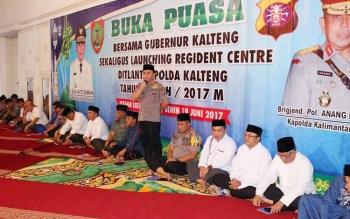 Gubernur Sugianto masih berpakaian polisi saat buka puasa bersama. Ia baru saja memimpin apel gelar pasukan Operasi Ramadniya yang digelar Polda Kalteng dan jajaran di Tugu Soekarno.