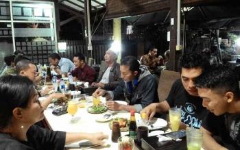 Wakil Wali Kota, Mofit Saptono Subagio (peci putih) saat makan malam bersama sejumlah awak media, Senin (19/6/2017) malam.