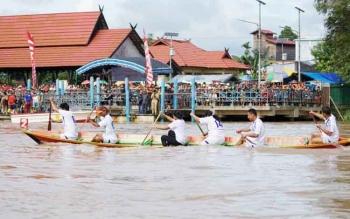 Lomba dayung SOPD yang dilaksanakan di Pelabuhan Pemkab Gunung Mas, Selasa (20/6/2017)