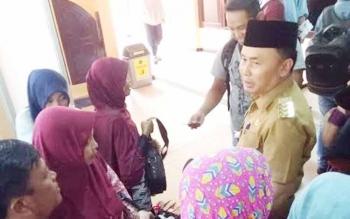 Gubernur Kalteng Sugianto Sabran saat memantau arus mudik di Bandara Iskandar Pangkalan Bun.
