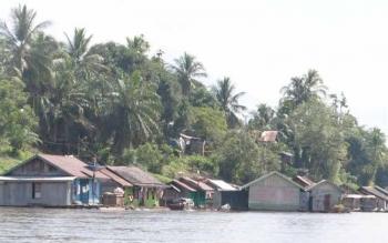 Pemukiman warga di pinggir Sungai Barito di Kabupaten Murung Raya