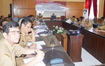 Sekda Kapuas Rinova saat memimpin tentang perizinan pada DPMPTSP Kabupaten Kapuas di ruang rapat Bupati.