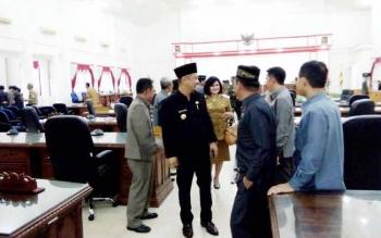 Bupati Eddy Raya Samsuri hendak meninggalkan ruang paripurna DPRD Kabupaten Barito Selatan, Selasa (10/6/2017).
