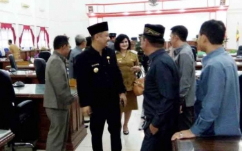 Bupati Eddy Raya Samsuri meninggalkan ruang sidang seusai Rapat Paripurna di gedung DPRD Kabupaten Barito Selatan, Selasa (20/6/2017).