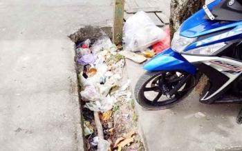 Warga Keluhkan Sampah di Selokan Jalan Pangeran Antasari