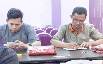 Dua wartawan sedang mengisi lembar jawaban dalam kegiatan Uji Kemahiran Berbahasa Indonesia yang digelar Balai Bahasa Provinsi Kalimantan Tengah di Kota Palangka Raya, Selasa (20/6/2017).
