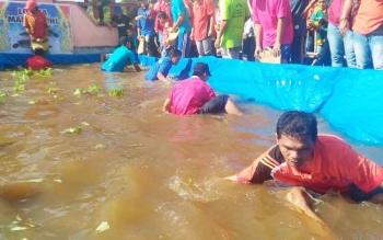 Lomba mangaruhi yang dilaksanakan di halaman Sanggar Budaya Manggatang Tarung, Selasa (20/6/2017).