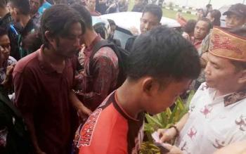 Ketua Dewan Adat Dayak Kalimantan Tengah Agustiar Sabran (kanan) berbagi rezeki di Rumah Betang, Jalan RT A Milono, Palangka Raya, Selasa (20/6/2017) sore.