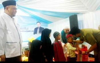 Wakil Bupati Kobar Ahmadi Riansyah secara simbolis menyerahkan bantuan bagi anak yatim piatu asal lecamatan kumai dari PT Pelindo III Cabang Kumai