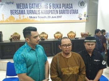 Kepala Urusan Operasi SKK Migas Kanwil Kalibata dan Sulawesi, Roy Widiarta (tengah), didampingi Manager Humas dan Security Ophir Energy Fajar Daily (kiri) dan Ketua PWI Barito Utara Roby Cahyadi saat memberikan keterangan kepada wartawan, Selasa (20/6/201