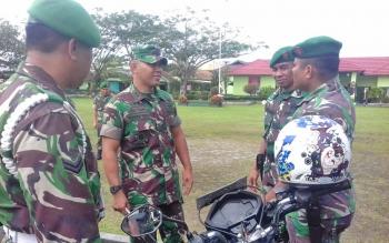 Dandim 1015 Sampit Letkol Inf I Gede Putra Yasa saat mengecek kendaraan dinas anggotanya.
