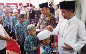 Gubernur Kalteng Sugianto Sabran dan Ketua DAD Kalteng Agustiar Sabran membagi sedekah kepada 800-an anak panti asuhan, 207 kaum masjid dan 232 komunitas abang becak