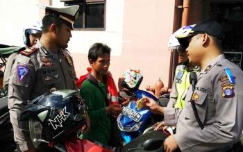 Kabag Ops Polres Kotim Kompol M Ali Akbar bersama Kasat Lantas AKP Boni Arifianto saat memeriksa juru parkir di sekitar Pusat Perbelanjaan Mentaya (PPM) Sampit