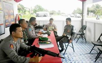 Sejumlah petugas saat berjaga di pos pelayanan Ops Ramadniya di Jalan Trans Kalimantan Km5 Kereng Humbang Kasongan, Rabu (21/6/2017).