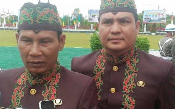 Bupati Gumas Arton S Dohong didampingi Wakil Bupati Rony Karlos memberi keterangan kepada wartawan, Rabu (21/6/2017).