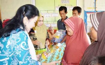 Ketua TP PPK Kabupaten Kapuas Ary Eghani Ben Bahat memberikan bantuan bibit cabai kepada warga Desa Basarang, Rabu (21/6/2017)