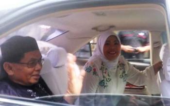 Bupati Kobar Nurhidayah dan suami H Ruslan AS sesaat tiba dikediaman H Abdul Rasyid untuk mengikuti buka puasa bersama