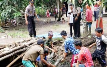 Saat Jenazah Herman (50) dievakuasi Warga Kecamatan Dadahub.