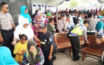 Ribuan warga sedang antre untuk mendapatkan sembako gratis yang dibagikan oleh pihak PT Pelindo III Cabang Sampit, Rabu (21/6/2017)