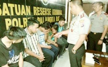 Kapolres Palangka Raya AKBP Lili Warli mengintrogasi enam karyawan JNE yang diduga membobol paket kiriman konsumen dan menilep barang yang ada di dalamnya.