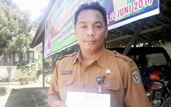 Sekretaris Kecamatan Katingan Hilir Dony Merianto menunjukan secarik kertas terkait pembagian paket sembako gratis besok