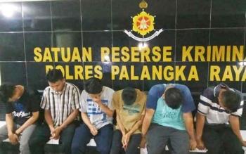 Enam karyawan JNE yang menjadi tersangka pembobol paket kiriman konsumen saat diamankan di Polres Palangka Raya, Rabu (21/6/2017).